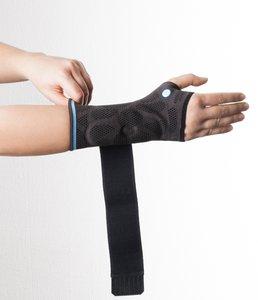 Ziehen Sie die Dynamics Plus Handgelenkbandage an