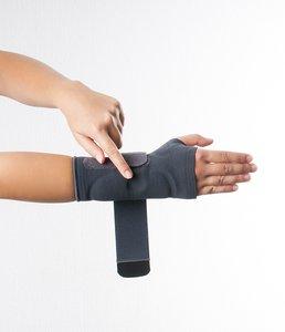 Fixieren Sie die Dynamics Handgelenkbandage am Handgelenk