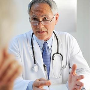 Arzt im Beratungsgespräch zu Kompressionsstrümpfen