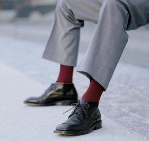 Mann trägt heutzutage auffällige Socken zum Anzug.