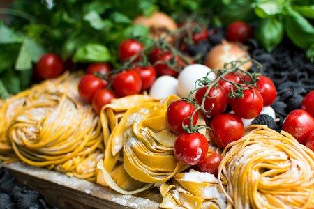 Ausgewogene Ernährung mit viel frischem Obst und Gemüse ist wichtig für die Gesundheit.