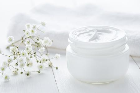 Pflegende Cremes verwöhnen trockene Haut.