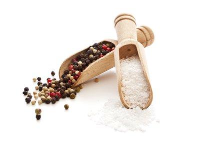 Pfeffer und Salz in Holzschippen