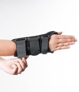 Verschließen Sie die Klettverschlüsse der Dynamics Handgelenkorthese