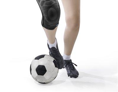 Besonders Fußballer sind anfällig für Sprunggelenkschmerzen.