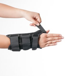 Fixieren Sie den Klettverschluss der Dynamics Handgelenkorthese am Daumen