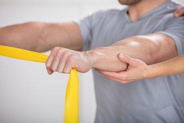 Het opbouwen van spieren met behulp van een elastische oefenband geeft het lichaamsgebied meer stabiliteit.