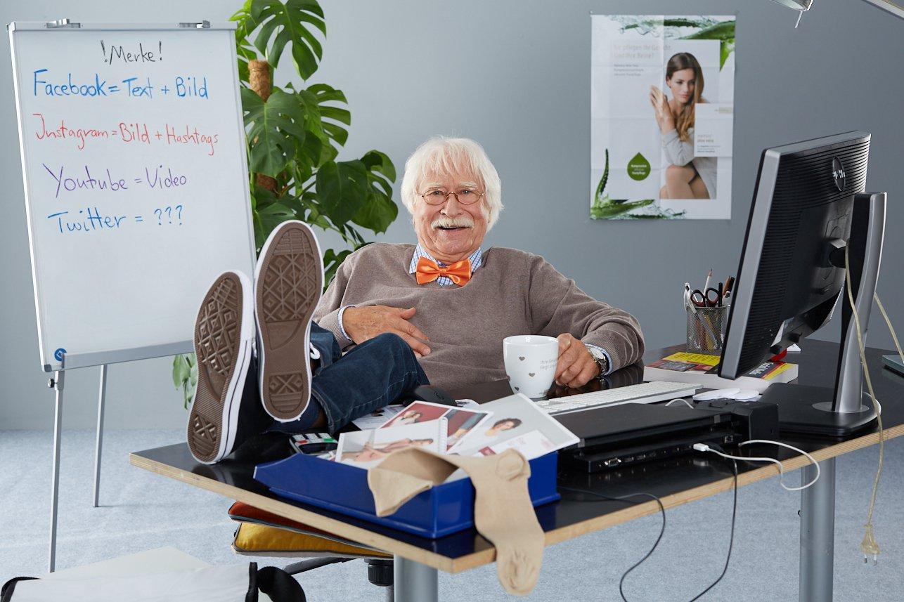 Otto der Social Media Guru in seinem Büro
