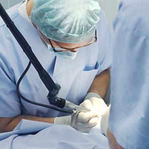 Wenn Medikamente, Bewegungstherapie oder Bandagen nicht ausreichen, wird auf chirurgische Verfahren zurückgegriffen.