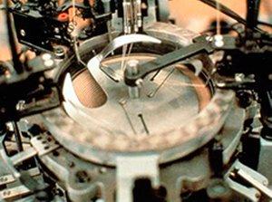 Rundstrickmaschinen arbeiten mit einem runden Zylinder, der zwischen 300 und 520 Nadeln umfasst.