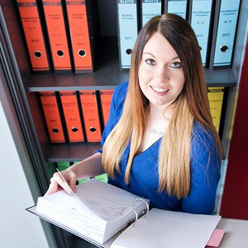 Lisa bekommt als Dual-Studentin die Chance, Theorie und Praxis miteinander zu verbinden.