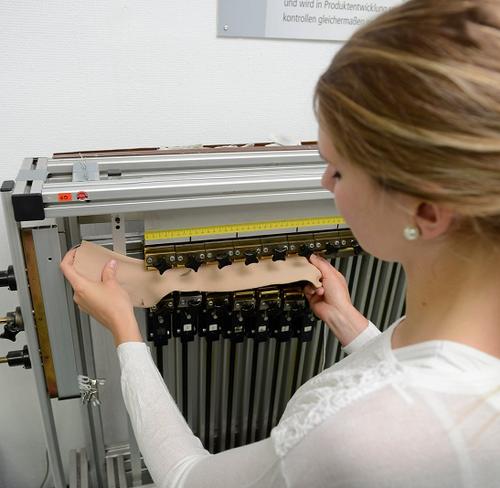 Der Ausbildungsberuf zur Textillaborantin erfordert ruhige Hände und Fingerspitzengefühl.
