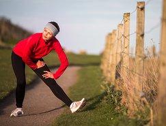 Lichte rek- en strekoefeningen kunnen de spieren op beweging voorbereiden.