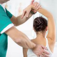 Bewegungsübungen sind ein wichtiger Baustein der Schmerztherapie.