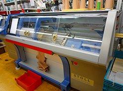 Flachstrickmaschinen arbeiten mit einem Nadelbett.