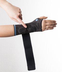 Fixieren Sie die Dynamics Plus Handgelenkbandage am Handgelenk