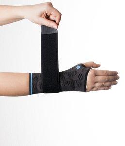 Verschließen Sie nun den Klettverschluss der Dynamics Plus Handgelenkbandage