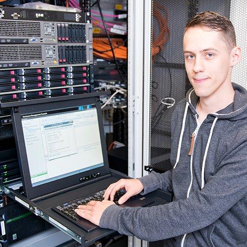 Michél hat sich schon immer für Technik, IT und Programmierung interessiert. Bei Ofa Bamberg kann er sein Hobby zum Beruf machen.